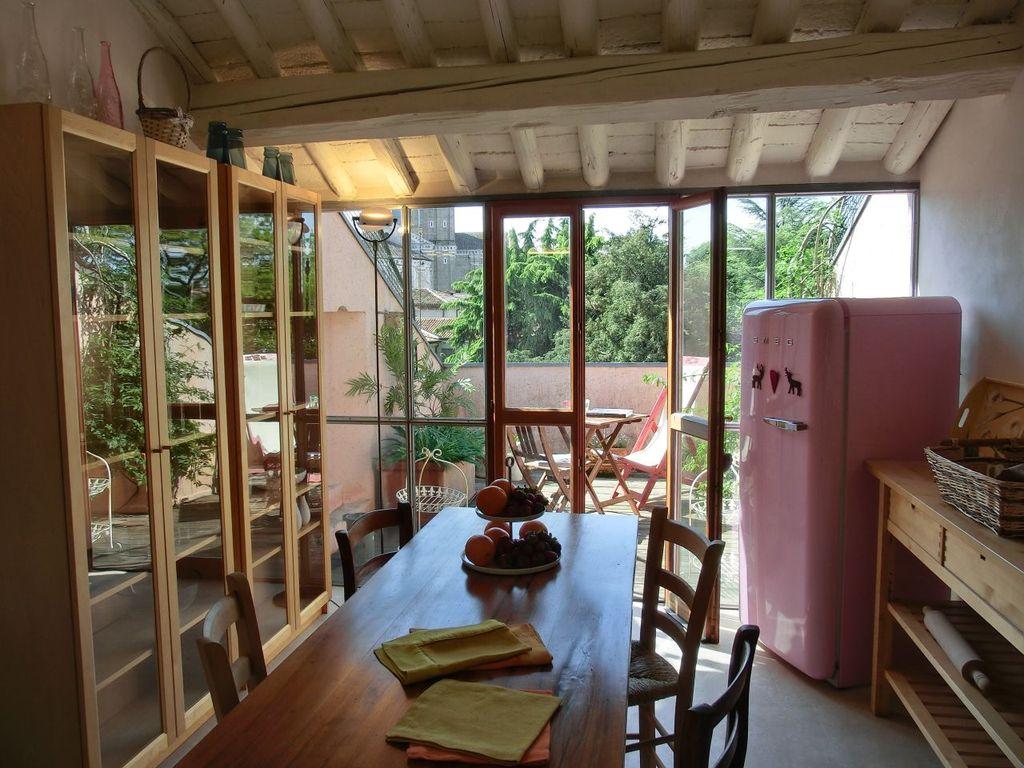 La cucina con la vista sulla terrazza